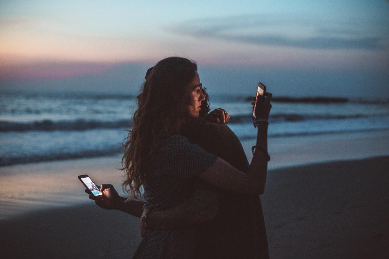 social-media-couple-beach