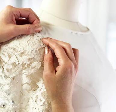 Dressarte-hand-fixing-clothing